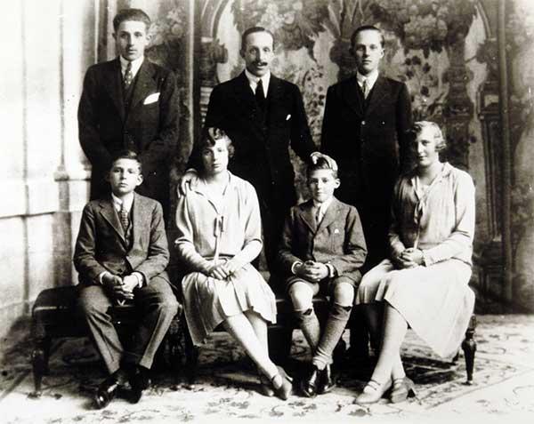 El rey Alfonso XIII de España con sus hijos